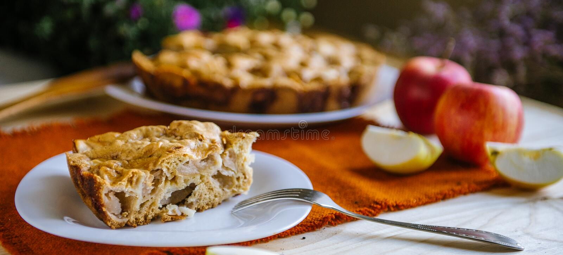 расстегай яблока домодельный Состав осени с яблоками и пирогом Десерт осени стоковая фотография