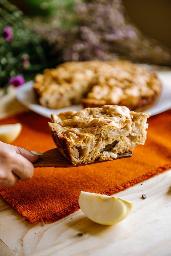 расстегай яблока домодельный Состав осени с яблоками и пирогом стоковая фотография