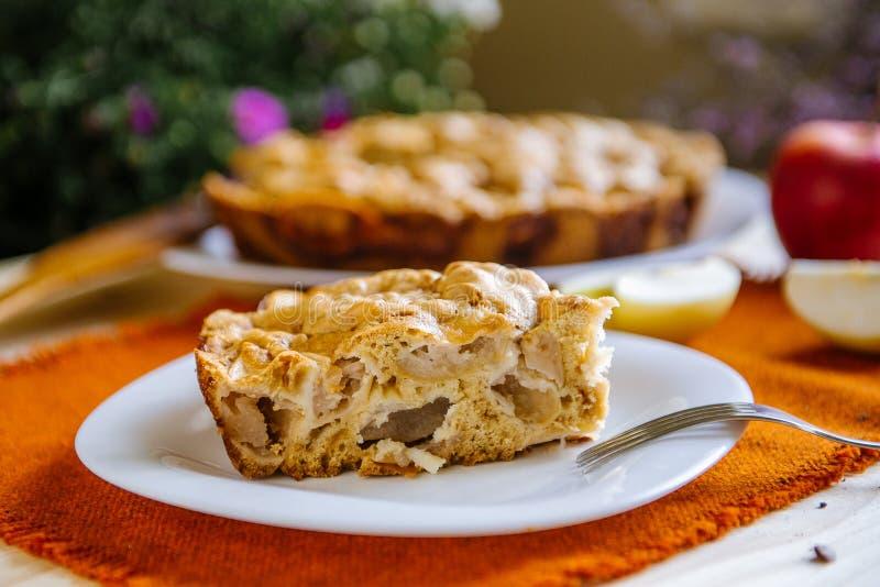 расстегай яблока домодельный Часть десерта, яблочного пирога на плите стоковые фото