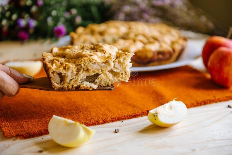 расстегай яблока домодельный Часть десерта, яблочного пирога на плите стоковые фотографии rf