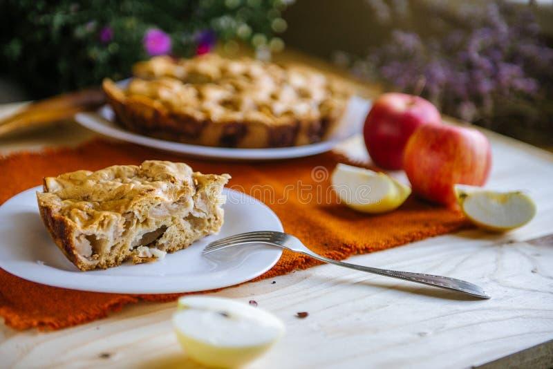 расстегай яблока домодельный Часть десерта, яблочного пирога на плите стоковые изображения