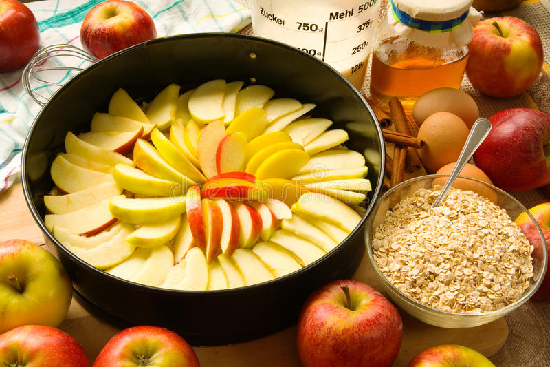 расстегай яблока unbaked стоковое фото
