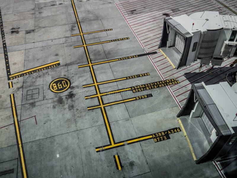 Расстояния автостоянки для самолетов и Airbridges стоковое изображение rf