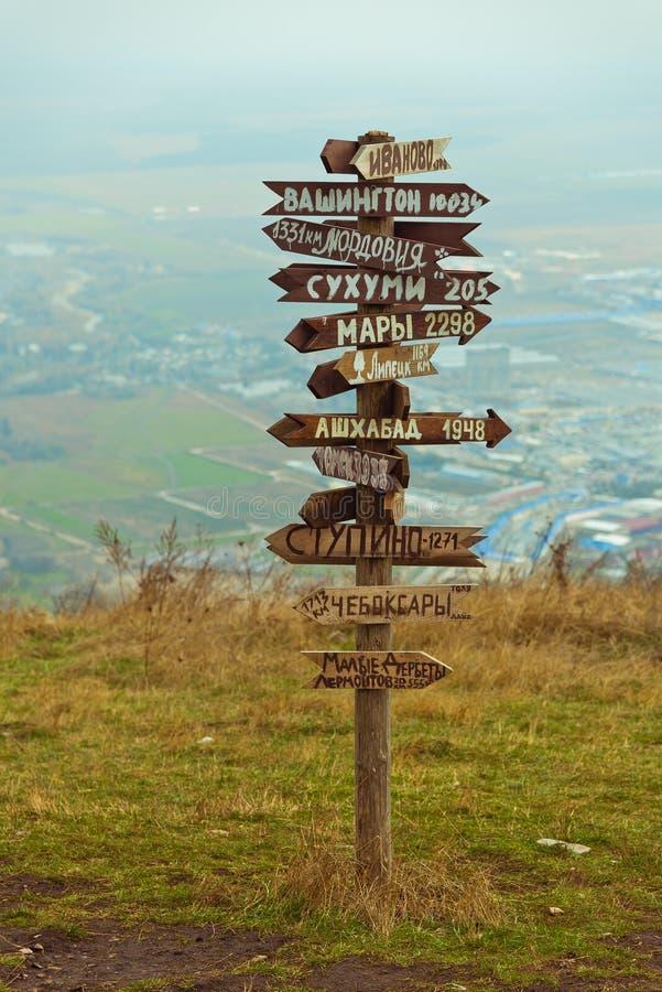 Расстояния указателей на верхней части Mashuk горы стоковые изображения