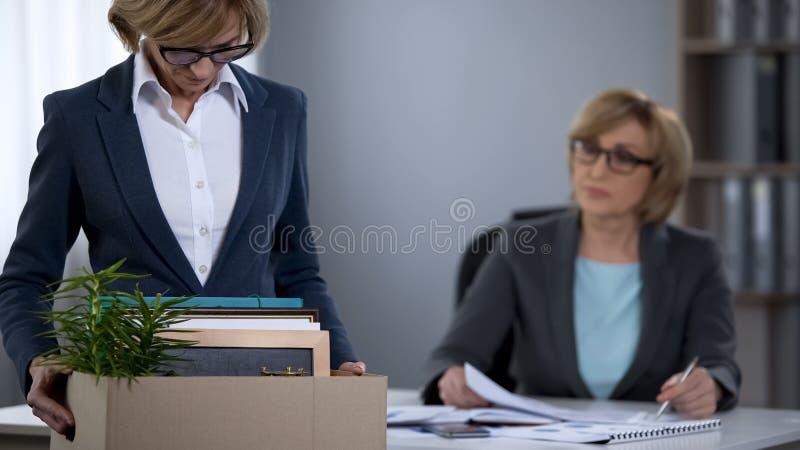 Расстроенная дама офиса с коробкой коробки увольняла от работы, проблемы безработицы стоковая фотография