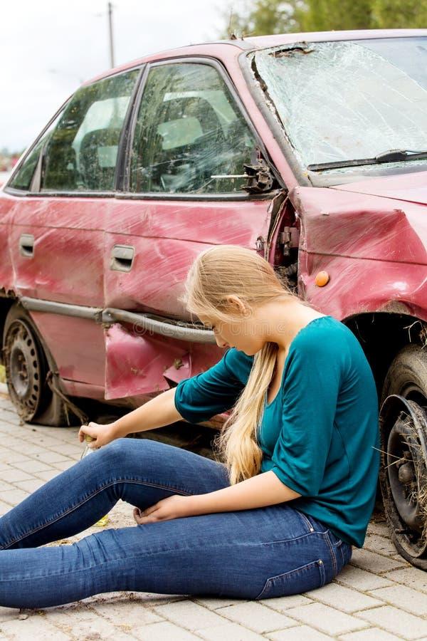 Расстроенная женщина водителя перед автомобилем аварии автомобиля стоковые фотографии rf