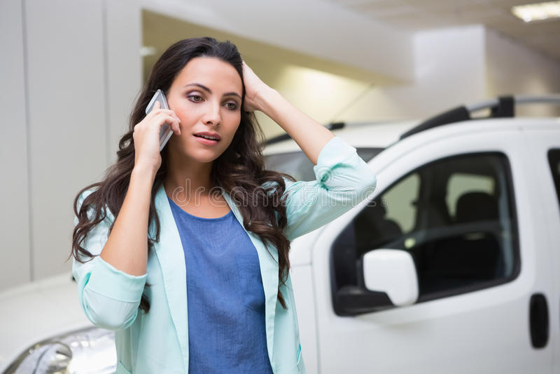 Расстроенная женщина вызывая кто-то с ее мобильным телефоном стоковые фото