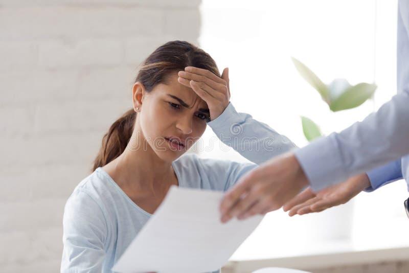 Расстроенная женщина получая плохую новость, извещение об отставки, документ стоковые фотографии rf
