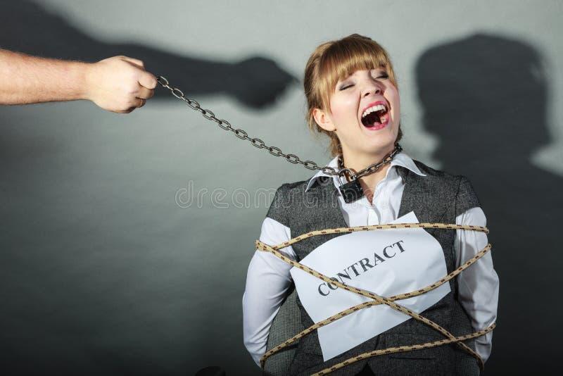 Расстроенная коммерсантка прыгнутая сроками действия договора стоковое фото rf
