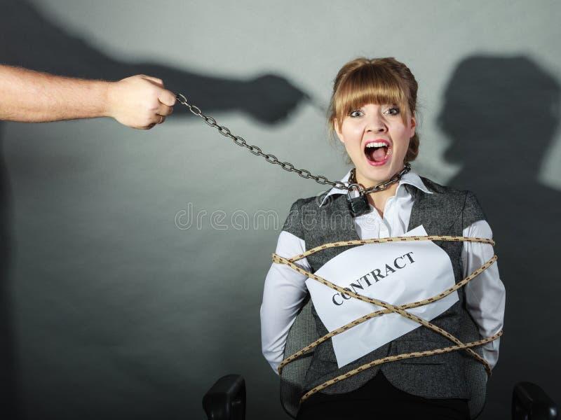 Расстроенная коммерсантка прыгнутая сроками действия договора стоковая фотография