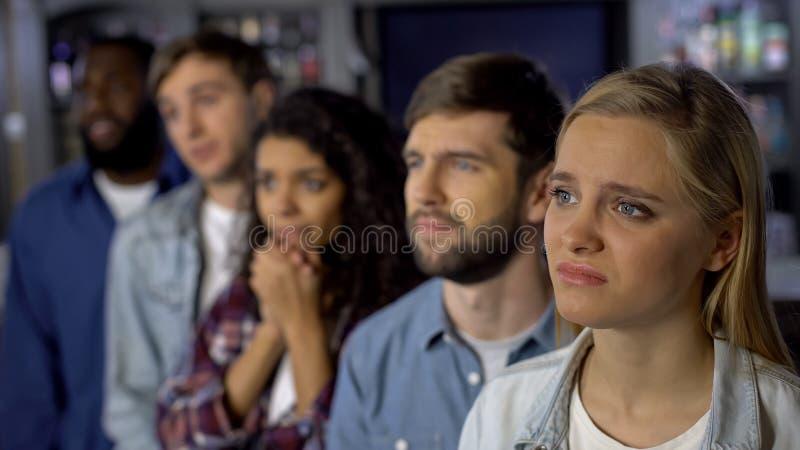 Расстроенные сторонники команды наблюдая чемпионат онлайн, укореняющ для конкуренции цели стоковое изображение