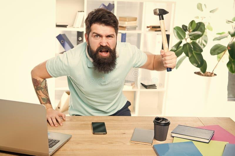 Расстроенный молоток удерживания работника офиса балансировал готовое для того чтобы поломать Жизнь офиса делает его сумасшедший  стоковое фото rf