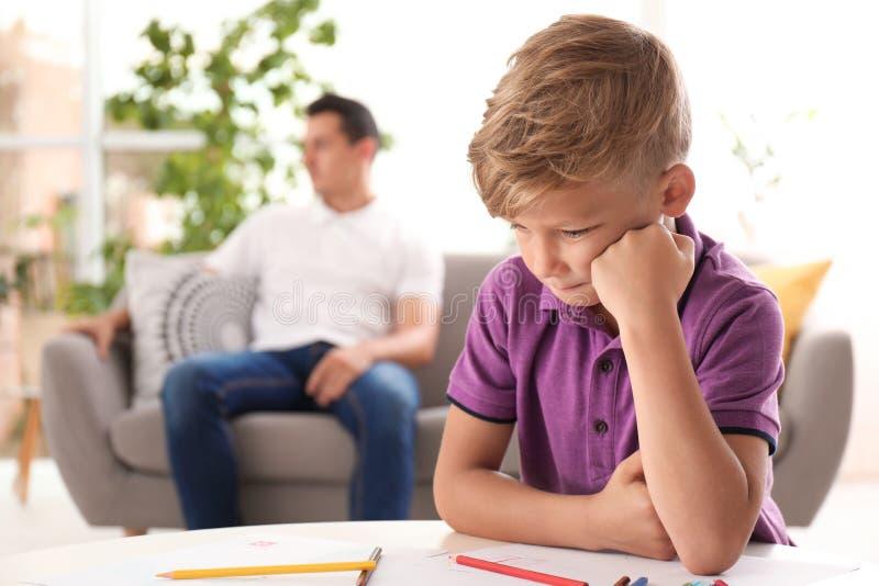 Расстроенный ребенок и запачканный отец на предпосылке стоковые фотографии rf