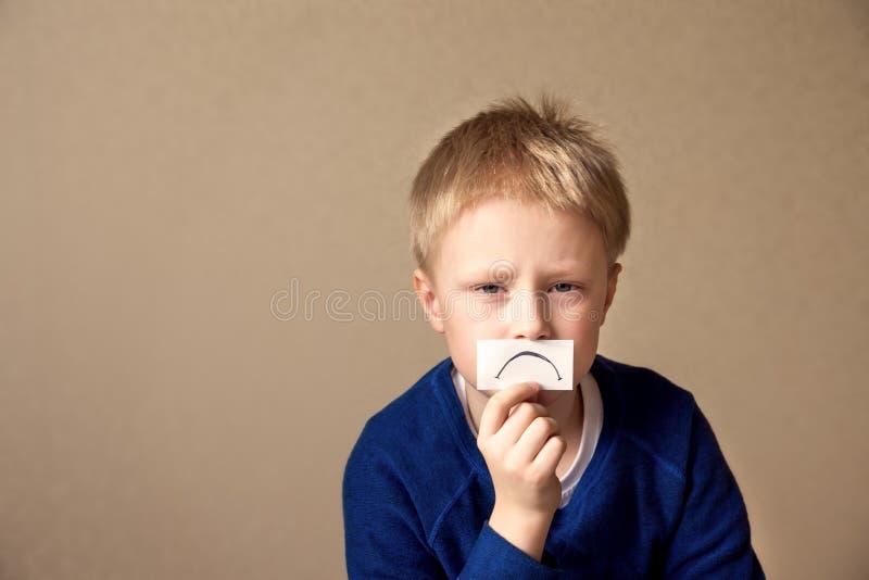 Расстроенный унылый молодой мальчик (предназначенный для подростков) стоковые изображения