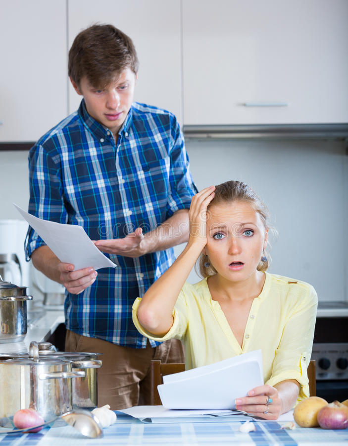 Расстроенный человек и разочарованная домохозяйка стоковое изображение