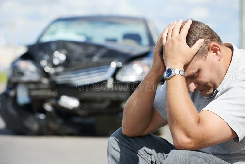 Расстроенный человек после автокатастрофы стоковые фотографии rf