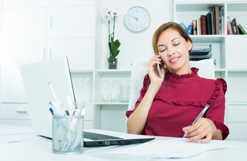 Расслабленная женщина говоря на черни стоковая фотография