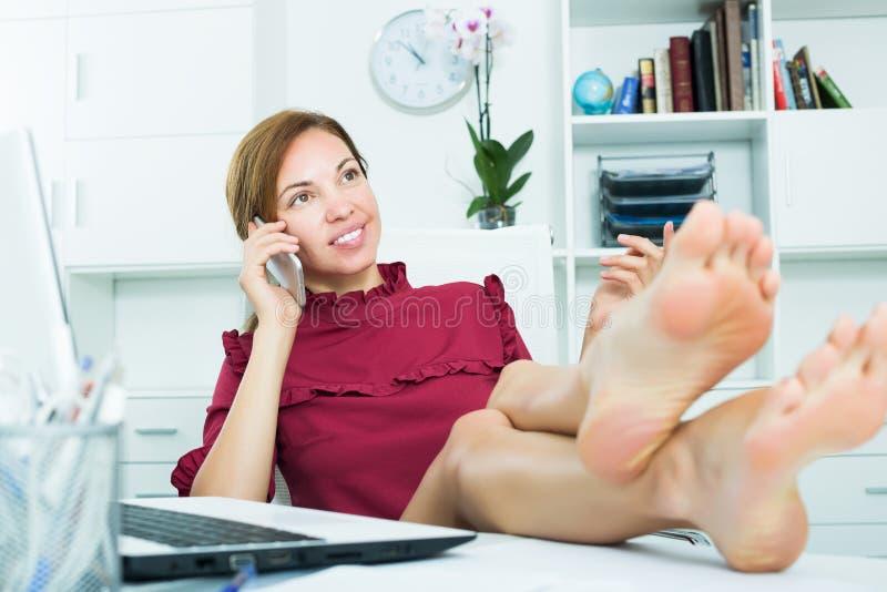 Расслабленная женщина говоря на черни стоковое изображение rf