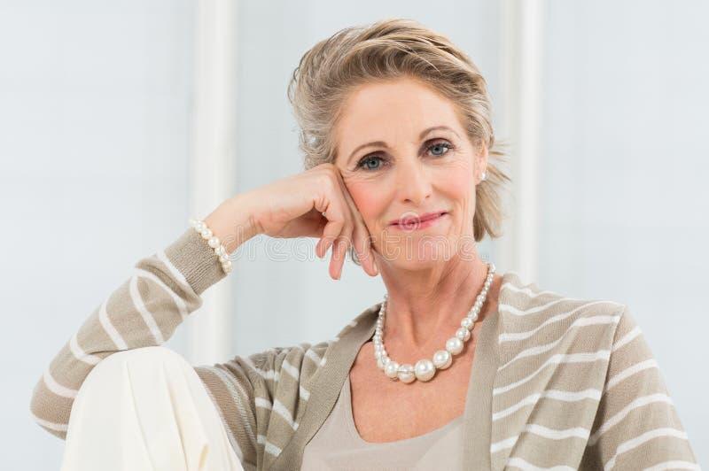 Расслабленная зрелая женщина стоковое изображение rf