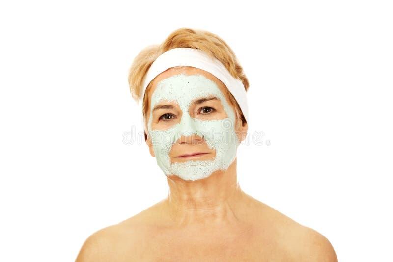 Расслабленная пожилая женщина в лицевой маске стоковое фото rf