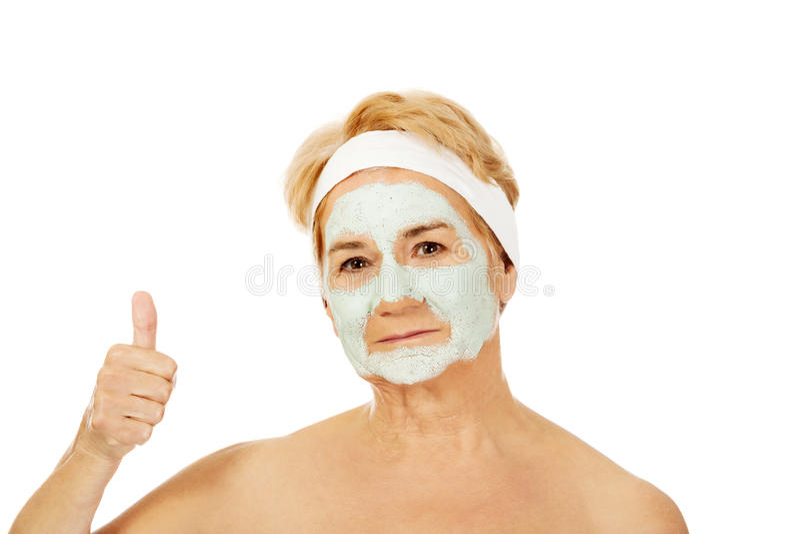 Расслабленная пожилая женщина в лицевой маске стоковое изображение rf