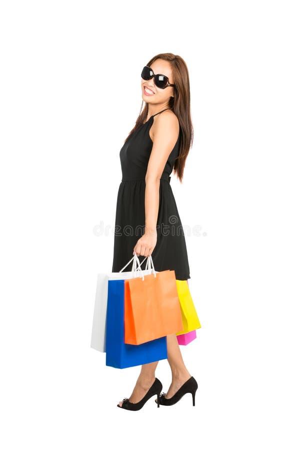 Расслабленная стоящая женская сторона хозяйственных сумок покупателя стоковая фотография