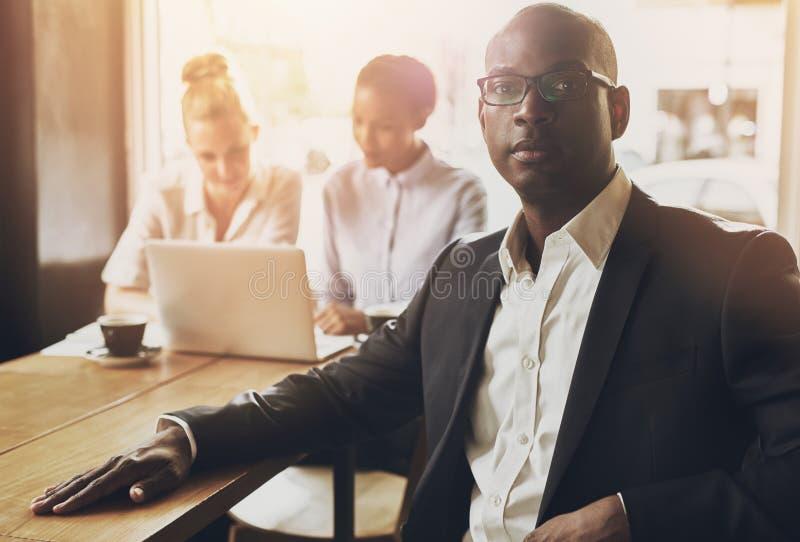 Расслабленный черный бизнесмен стоковое фото