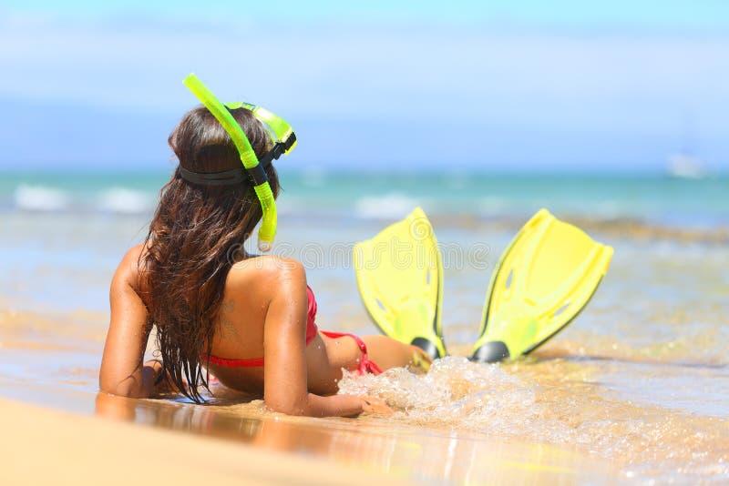 Расслабляющая женщина на праздниках каникул пляжа лета стоковое фото rf