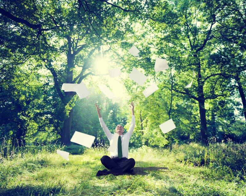 Расслабляющее дело работая внешняя зеленая концепция природы стоковое фото rf