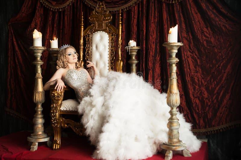 Расслабляющий ферзь на троне Утеха, удовольствие королевско стоковая фотография rf