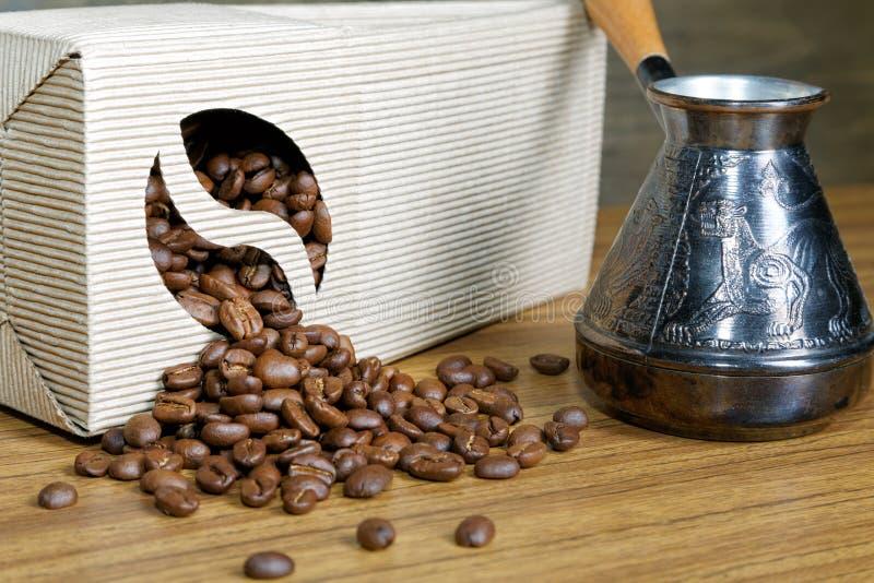 Расслоина кофейных зерен из коробки стоковое фото rf