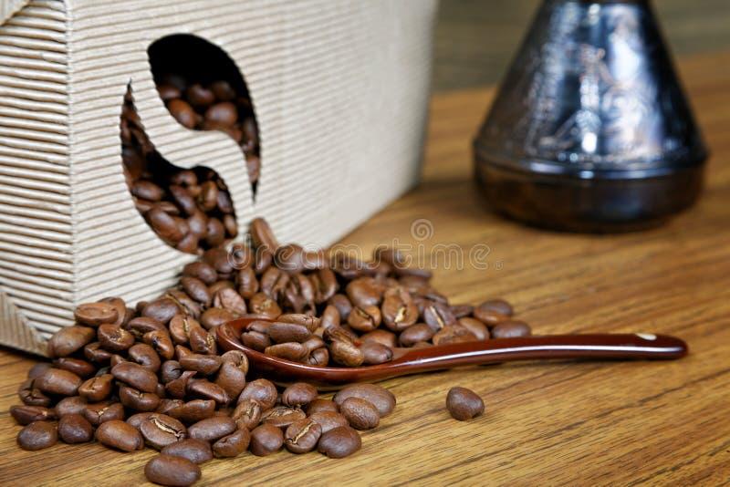 Расслоина кофейных зерен из коробки стоковая фотография