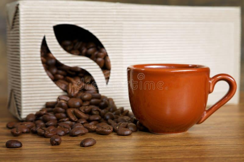 Расслоина кофейных зерен из коробки стоковое фото