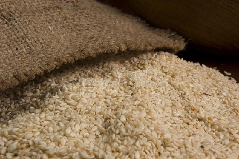 Расслоина семян сезама из сумки стоковое фото