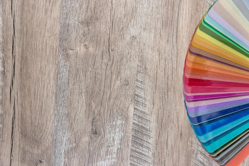 Растворенный в спектре цвета вентилятора на деревянной предпосылке стола стоковое фото rf