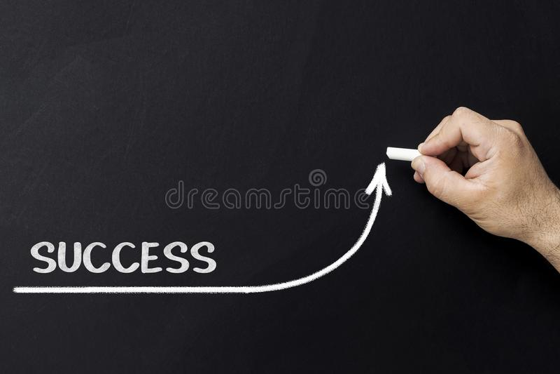 Растущая концепция успеха Линия притяжки бизнесмена ускоряя ход улучшать успех стоковое изображение rf