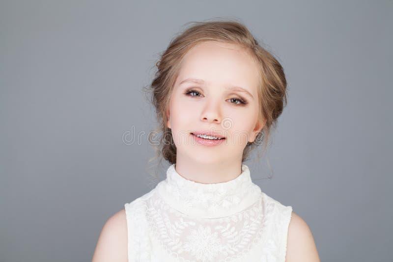 расчалкой красивейший усмехаться девушки Здоровая усмешка связывает зубы стоковая фотография