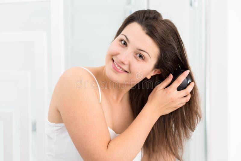 расчесывающ волос ее длинняя женщина стоковые фото