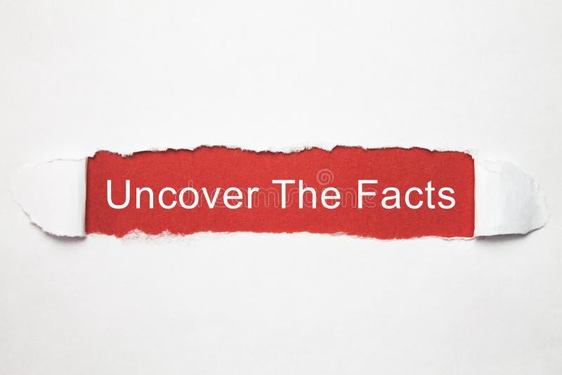 Расчехлите факты на сорванной бумаге стоковое фото