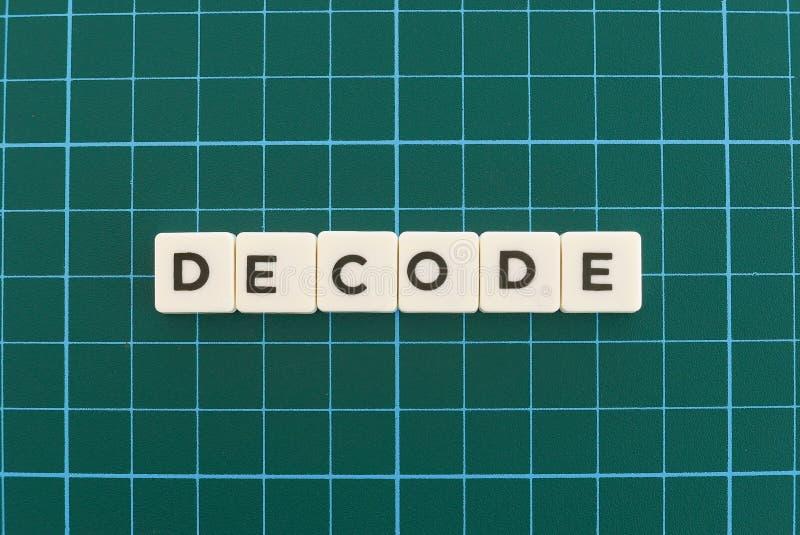 Расшифруйте слово сделанное квадратного слова письма на зеленой квадратной предпосылке циновки стоковое фото