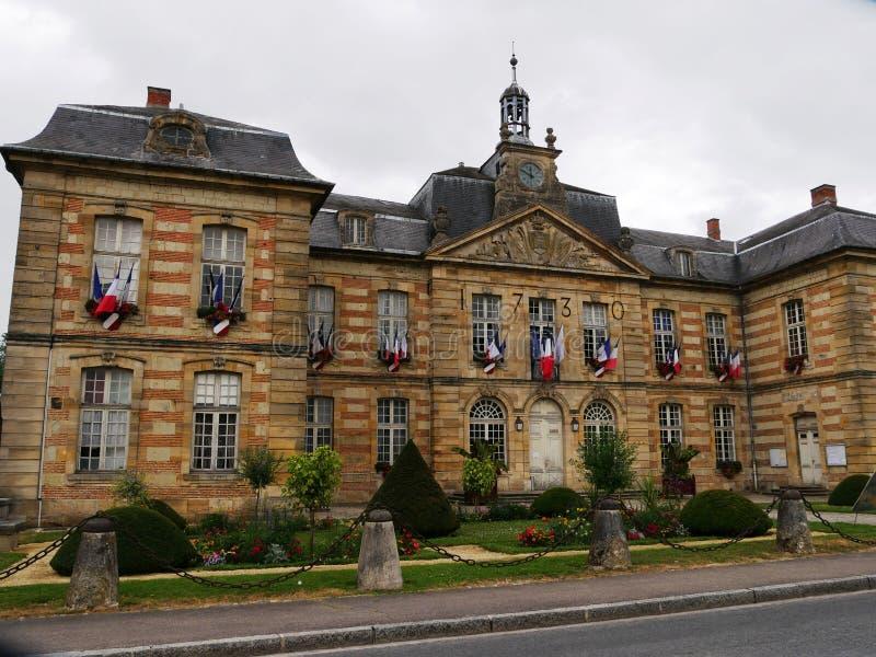 Ратуша в красном и желтом кирпиче Sainte Menehould в Марна стоковые фотографии rf