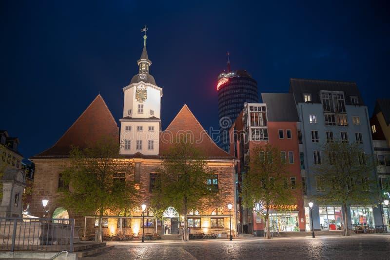 Ратуша на исторической рыночной площади в Йене вечером стоковая фотография