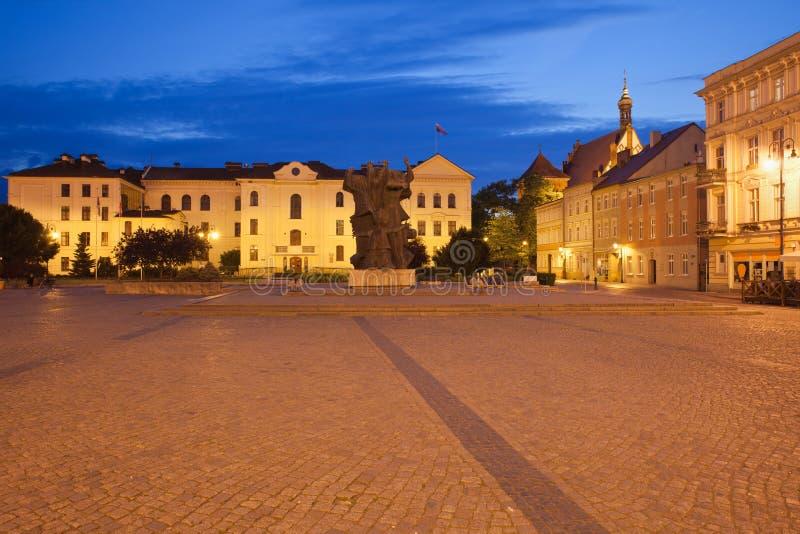 Ратуша Bydgoszcz в старом городке на ноче стоковые фотографии rf