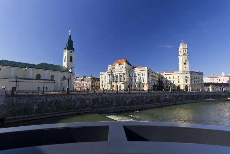 Ратуша Oradea около реки Crisul Repede стоковое изображение rf