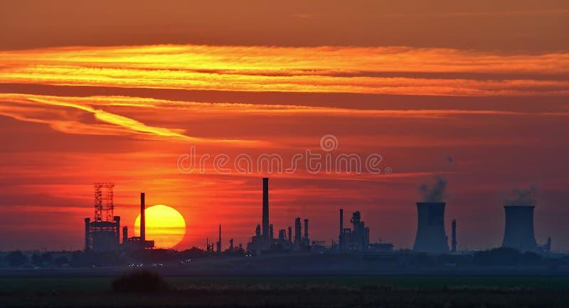 Рафинадный завод на заходе солнца стоковое фото rf