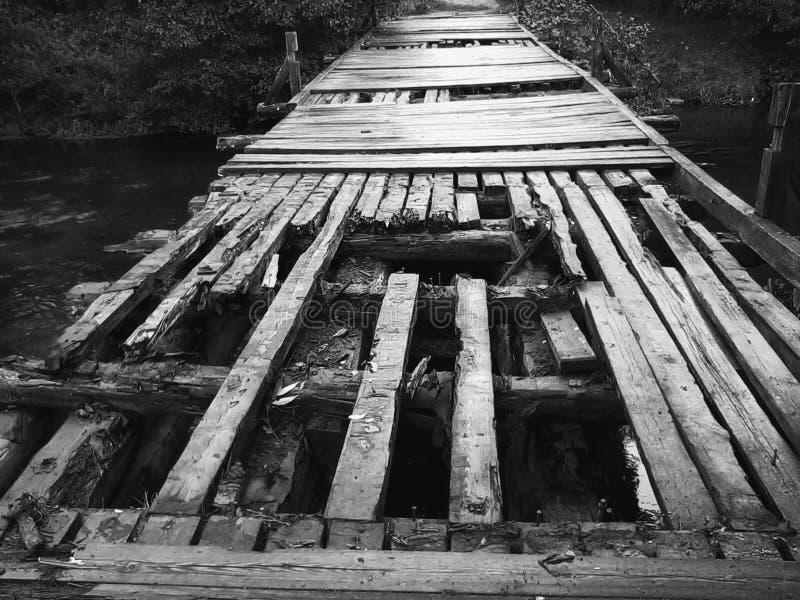 Рахитичный деревянный мост