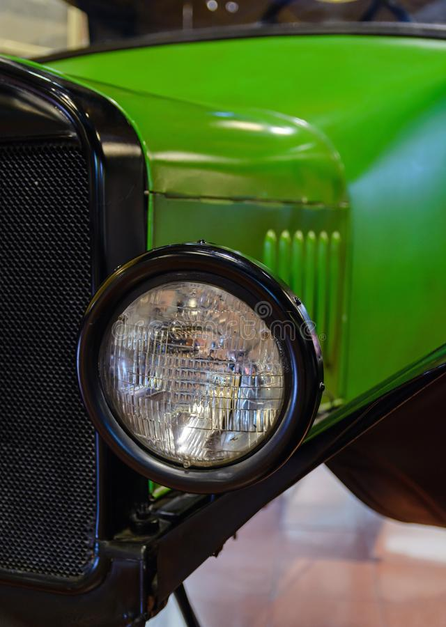 Радиатор и автомобиль большой черной лампы старый зеленый стоковая фотография