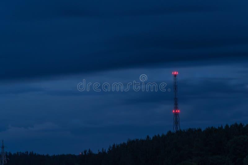Радиовышка на ноче стоковое изображение rf