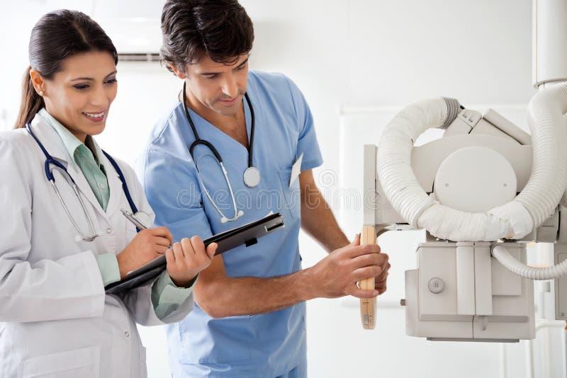 Радиолог и техник работая совместно стоковые фото