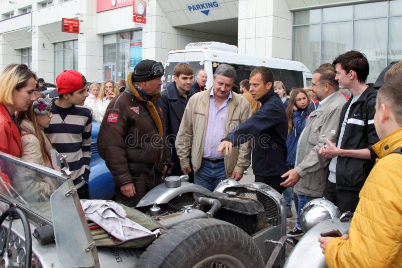 Ралли партии обсуждает заряжатель автомобиля с резидентами стоковое фото